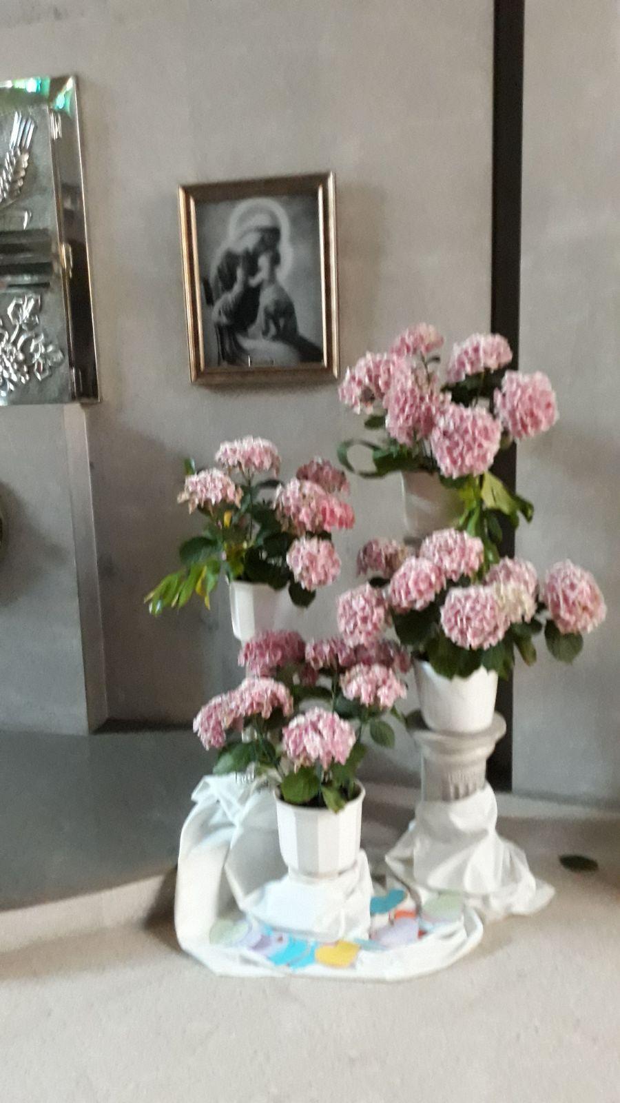 Junto al Sagrario rodeada de flores